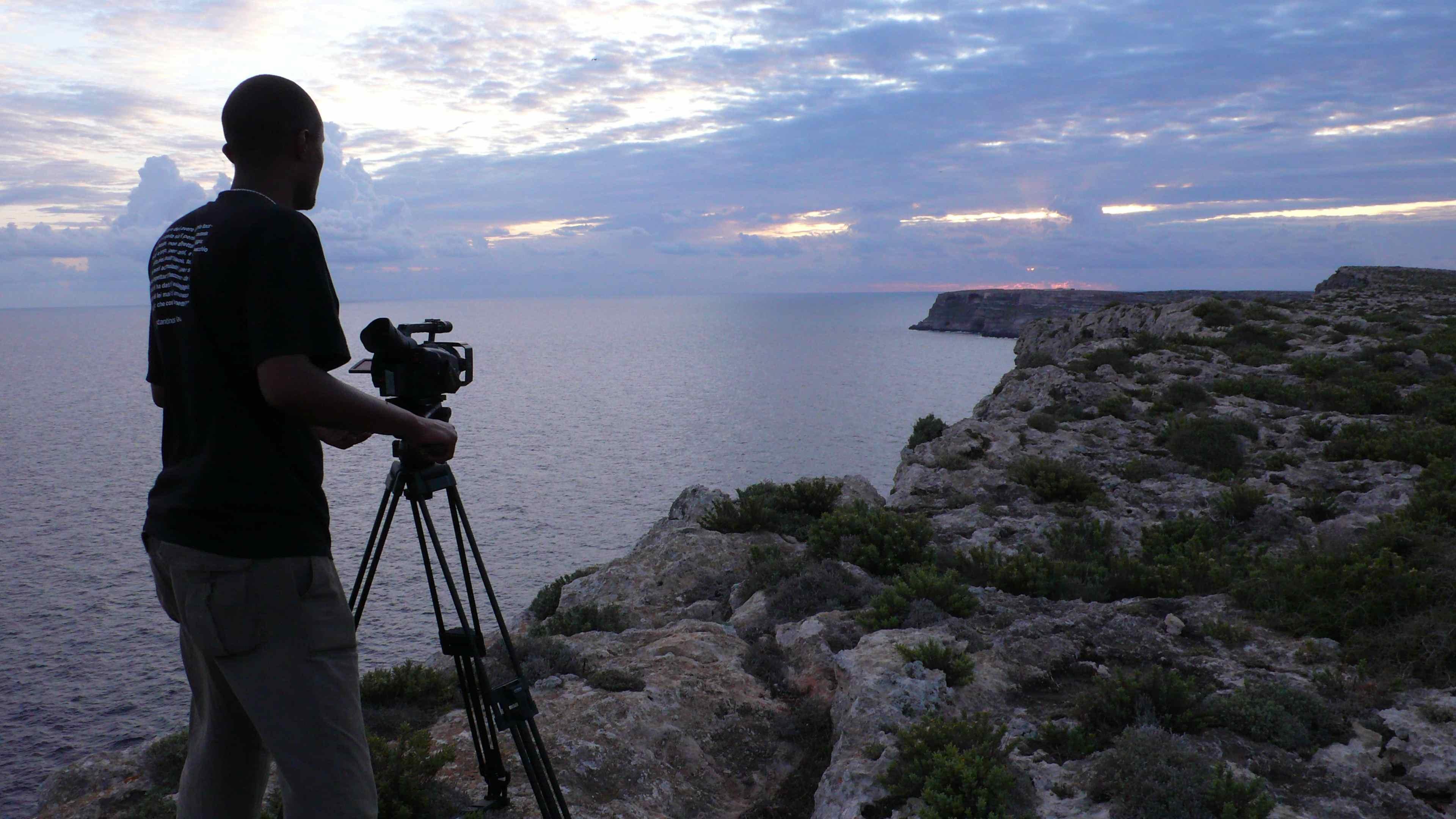 4 - Dagmawi Yimer a Lampedusa, durante le riprese di Soltanto il mare (50', 2011). Courtesy by AMM.